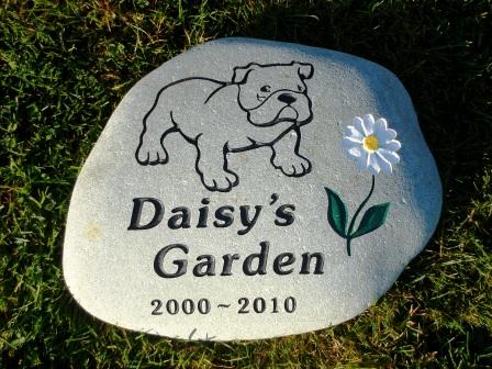 Bulldog garden stone with Daisy flower